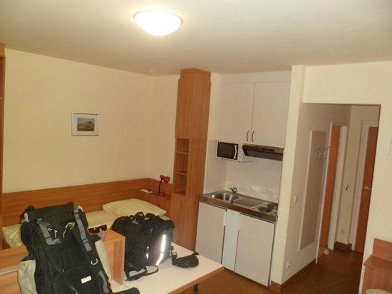 Kolping Campus Krems: Quarto, com detalhe da cozinha e porta do banheiro