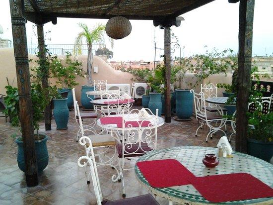 Riad Bahia Salam : area no terraço inde é servido o café da manhã