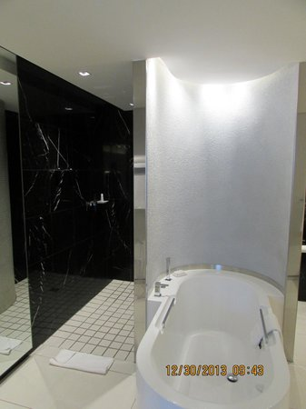 African Pride 15 On Orange Hotel: shower area