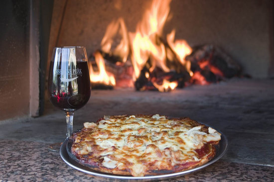 Gisborne, Australien: Wood fired pizzas and delicious wines.