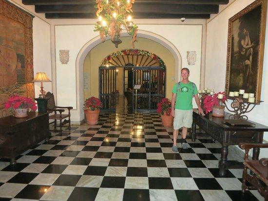 Hotel El Convento: Front hallway