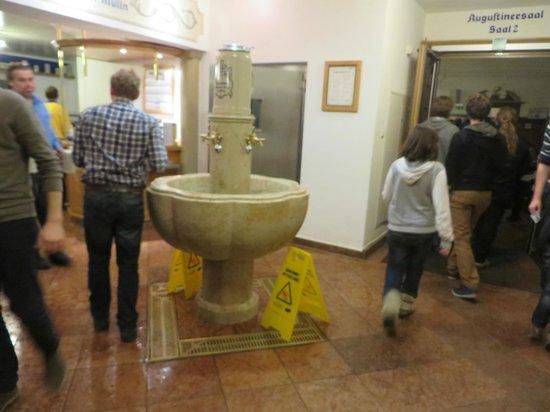 Augustiner Braustubl : Mug washing fountain