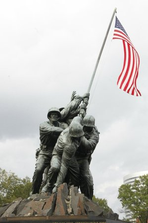 U.S. Marine Corps War Memorial: Raising the flag