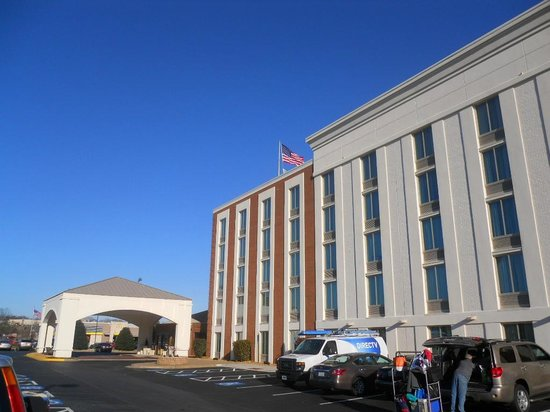 Holiday Inn Express Fredericksburg Southpoint: Hotel and parking lot