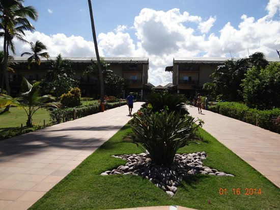 Sirenis Punta Cana Resort Casino & Aquagames: walkway towards lobby