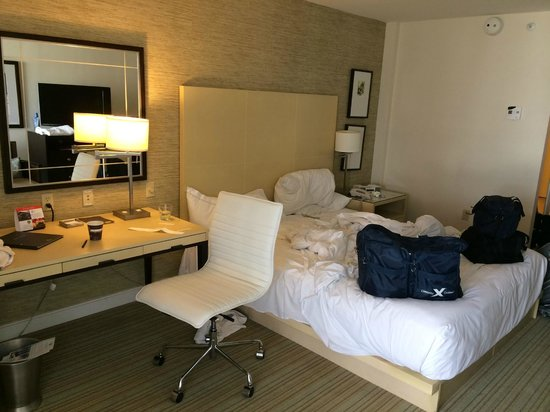 Hilton Fort Lauderdale Marina: King size bed room; modern looking but not that large of a room.