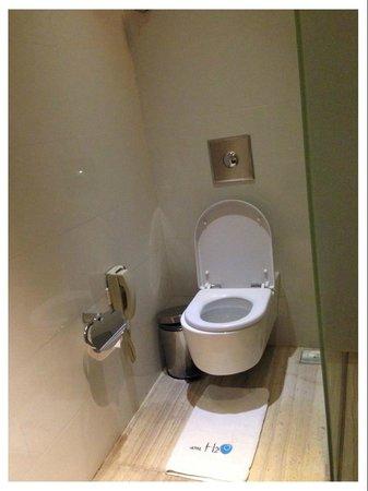 Hotel H2O: Toilet