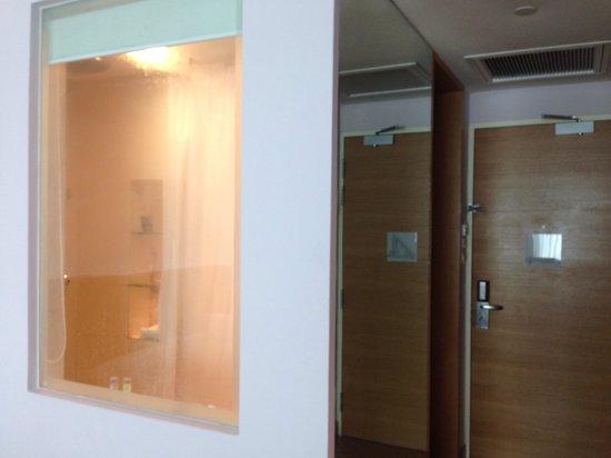 Village Hotel Changi by Far East Hospitality: Bathroom window :)