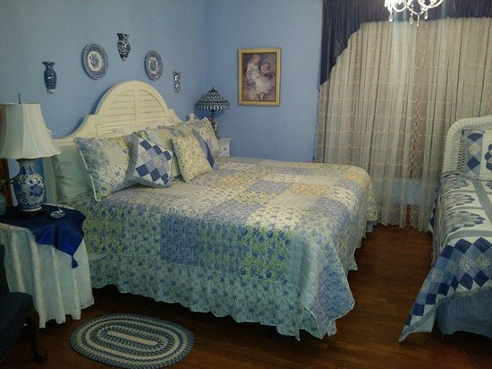 The Minnis House Inn & Guest Cottage: Room #2 with King and Twin beds