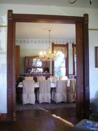Coppersmith Inn Bed & Breakfast: View of the dining room from the parlor
