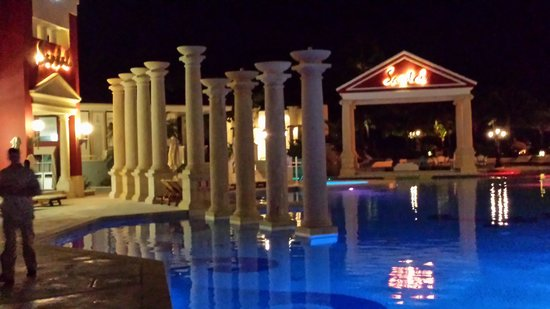 Sandals Royal Bahamian Spa Resort & Offshore Island: nighttime view of the pool