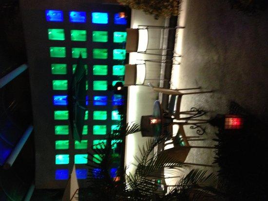Piedra de Agua Hotel Boutique: El bar a la noche, todo muy lindo