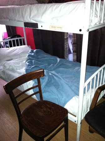 Le Village Hostel: The height of the bed compared to chair... hoisting myself off that to the top bunk