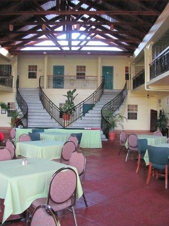 Grand Coastal Hotel: Open air dining room