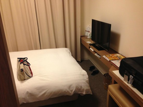 Dormy Inn Umeda Higashi: Our simple and well equipped room