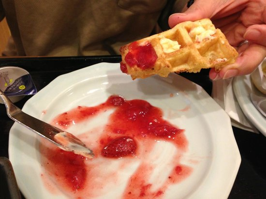 Dormy Inn Umeda Higashi: Home-made strawberry jam with toasted waffles - delicious!
