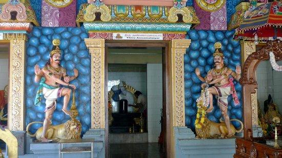 Tamil Surya Oudaya Sangam Temple : Extérieur