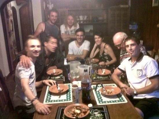 Pupy's Hostel: cenando berenjenas a la parmesana
