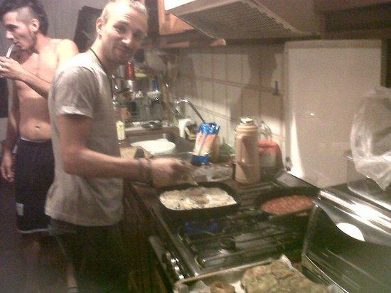 Pupy's Hostel: El Tano cocinando. (siempre cumple con su palabra)