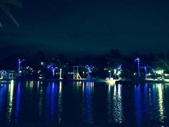 Plantation Bay Resort And Spa: Lagoon by night