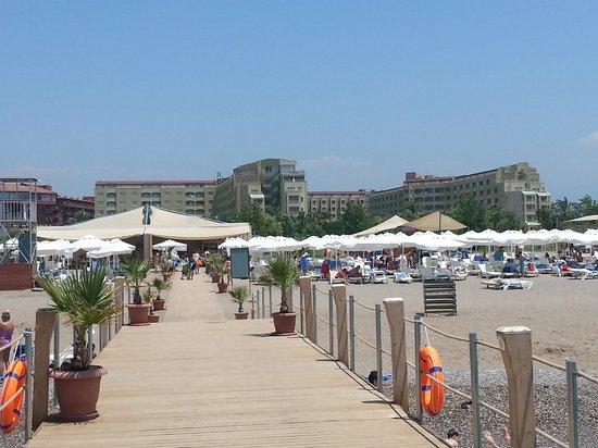 Silence Beach Resort : Вид на отель и кусочек пляжа с пирса