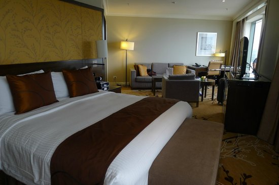 Shangri-La Hotel Sydney: Bedroom and small lounge area