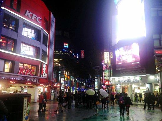 Airline Inn Taipei Zhong Hua: 西门町  in the night