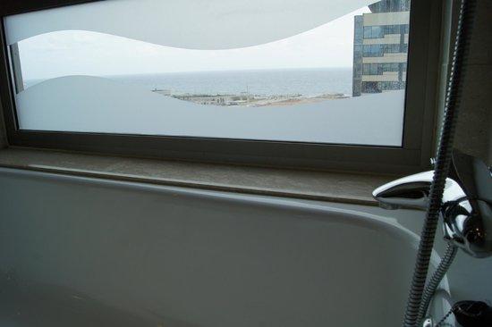 Hilton Diagonal Mar Barcelona: вид из ванной