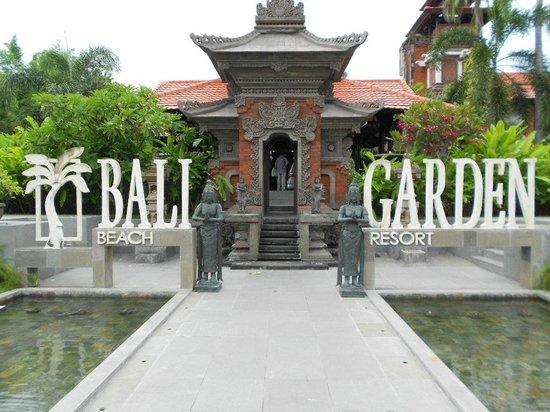 Bali Garden Beach Resort: Front entrance to Bali Garden Resort Hotel