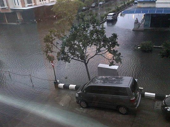 Aston Cengkareng City Hotel & CC: Flooded surrounding