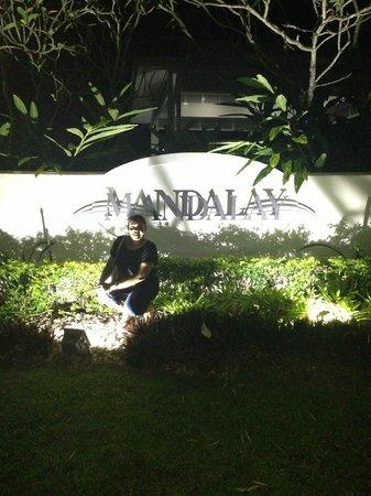 Mandalay & Shalimar Luxury Beachfront Apartments: At night