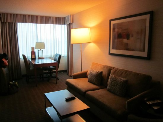 Cambridge Suites Toronto: Living Area