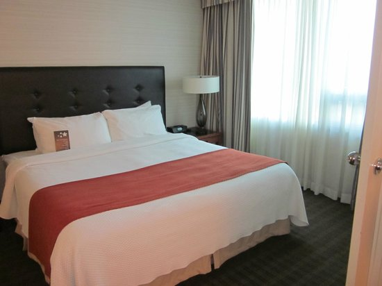 Cambridge Suites Toronto: King Size bed