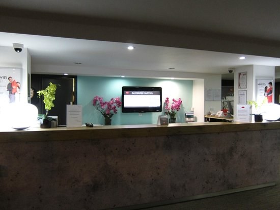 Ibis London Luton Airport : Reception desk