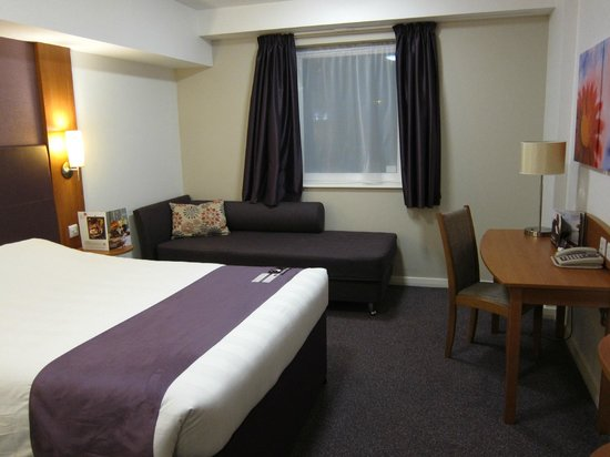 Premier Inn London Stansted Airport Hotel: Bedroom with cozy sofa