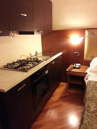 Hotel Serena: Kitchenette at the side of the bed, useless though
