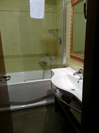 Hotel Serena: The half shower screen was movable, which we only found out later, after banging my toes 3 times