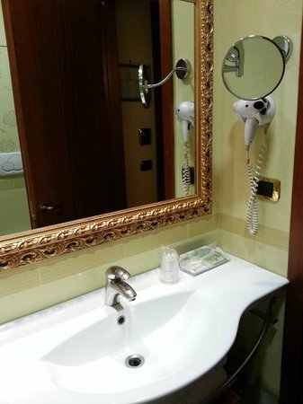 Hotel Serena : Big mirror and nice vanity top in the toilet