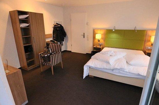 Hotel Go2Bed : Business+ Zimmer, Blick vom Balkon in das Zimmer