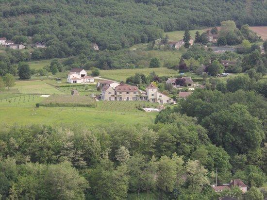 Hotel Le Saint Cirq : 村から望むホテルの全景