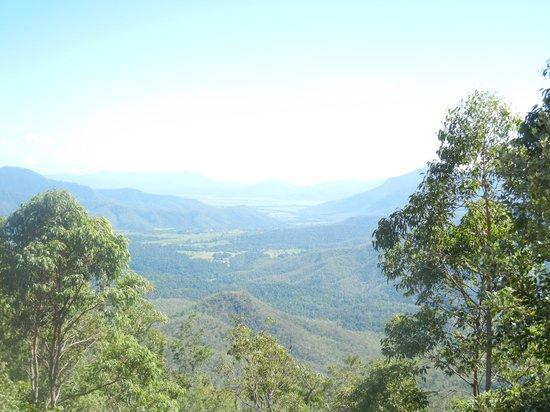 Northern Explorer Tours: アサートン高原へ向かう途中のハイウェイにある見晴台からの風景