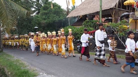 Alam Puisi Villa: local village girls and boys going to the temple to take part in the ceremony.