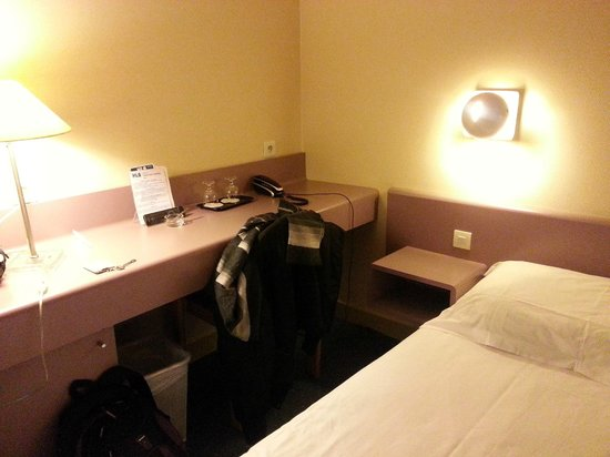 Hotel Lyon Bastille: Wall sockets and long table very useful