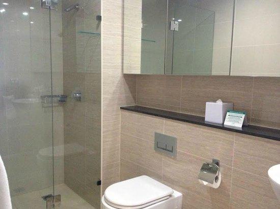 Meriton Serviced Apartments Campbell Street: Modern bathroom.