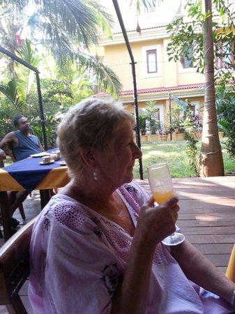 Bougainvillea Guest House Goa: Enjoying a bucks fiz with breakfast Christmas time