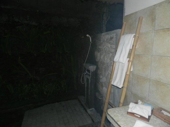 Nefatari Exclusive Villas: Outdoor shower at night