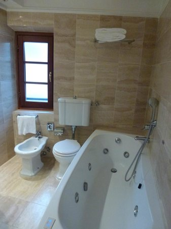 FH Calzaiuoli Hotel : The amazing bathtub