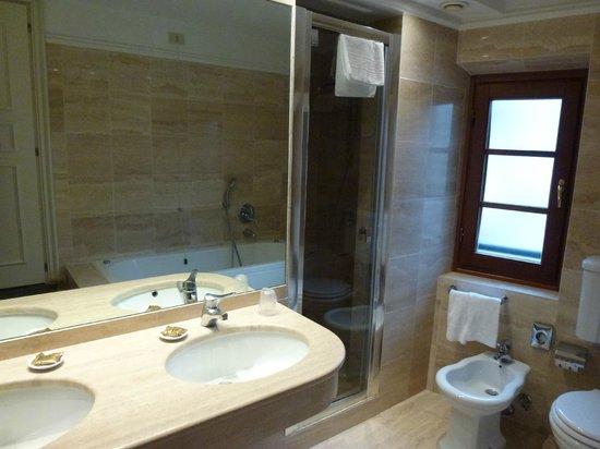 FH Calzaiuoli Hotel : The bathroom was huge