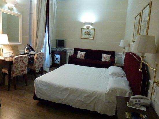 FH Calzaiuoli Hotel: From the bathroom door - huge bed and sofa