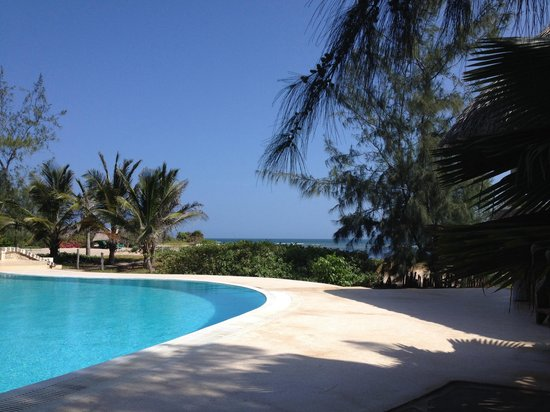 The Charming Lonno Lodge: The pool and sea
